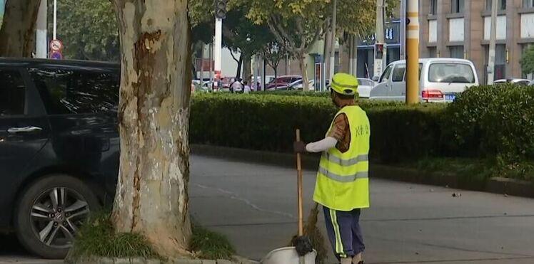 """国庆我在岗: 700余名环卫工人坚守岗位 守护城市""""美丽容颜"""